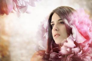 ピンクの花と女性の写真素材 [FYI00449549]