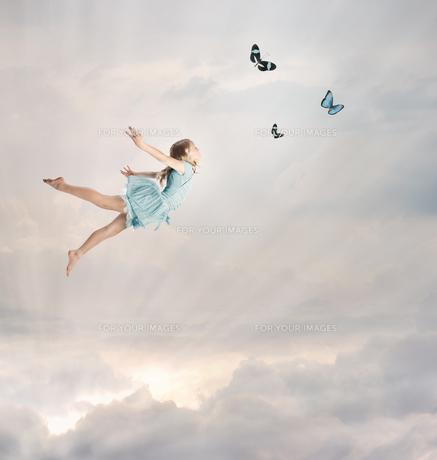 空を飛んでいる女の子の写真素材 [FYI00449550]