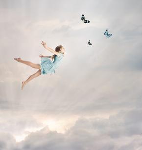 空を飛んでいる女の子の素材 [FYI00449550]