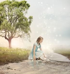 小川にいる女の子の写真素材 [FYI00449551]