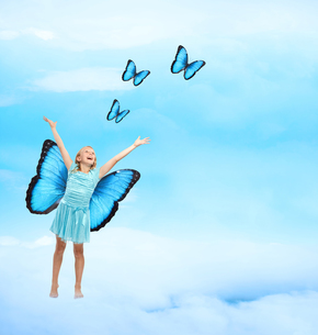女の子と蝶々の写真素材 [FYI00449552]