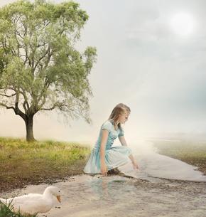 小川にいる女の子とアヒルの写真素材 [FYI00449553]