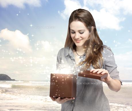 マジックボックスを開ける女性の素材 [FYI00449554]