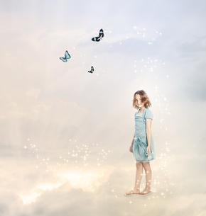 雲の上にいる女の子と蝶々の素材 [FYI00449559]