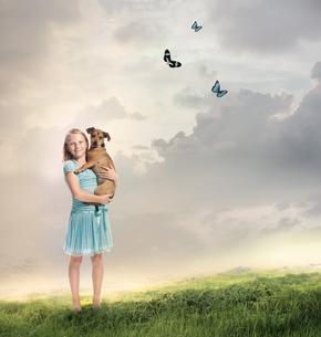 高原にいる女の子と犬の写真素材 [FYI00449562]
