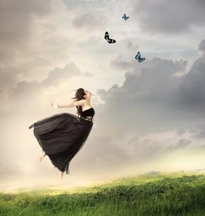 ジャンプをしている女性の写真素材 [FYI00449563]