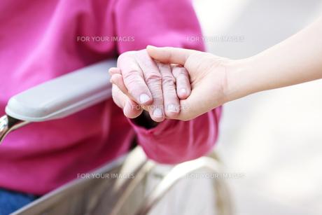 シニアの手をとるの写真素材 [FYI00449566]