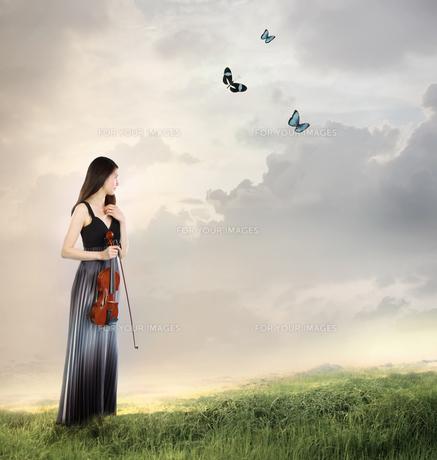 バイオリンを持った女性の写真素材 [FYI00449567]