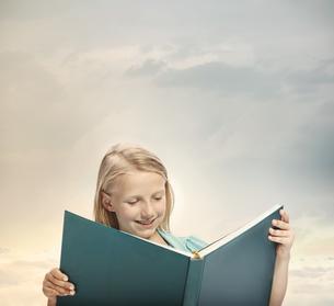 本を読んでいる女の子の写真素材 [FYI00449571]
