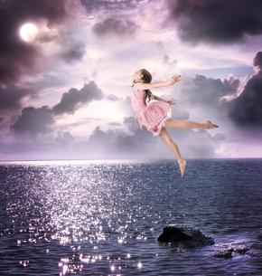 夜空に飛び立つ女の子の写真素材 [FYI00449572]