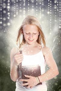 マジックボックスを開ける女の子の写真素材 [FYI00449574]