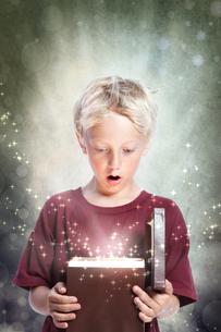 マジックボックスを開ける男の子の写真素材 [FYI00449579]