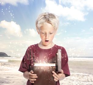 マジックボックスを開ける男の子の写真素材 [FYI00449580]