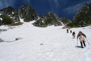残雪の宝剣岳と登山者の写真素材 [FYI00449723]