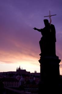 プラハの夕暮れとキリスト像の写真素材 [FYI00451073]