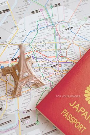 エッフェル塔とパスポートの写真素材 [FYI00451187]