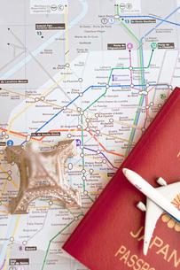 エッフェル塔とパスポートと飛行機の写真素材 [FYI00451196]