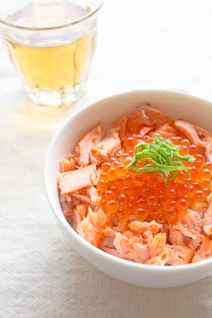 鮭いくら丼の写真素材 [FYI00451340]