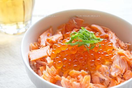 鮭いくら丼の写真素材 [FYI00451354]