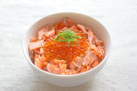 鮭いくら丼の写真素材 [FYI00451357]