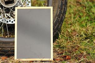 バイクと黒板の写真素材 [FYI00452440]