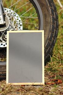 バイクと黒板の写真素材 [FYI00452447]