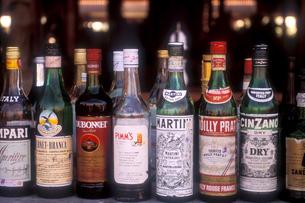 カウンターのお酒の写真素材 [FYI00453092]
