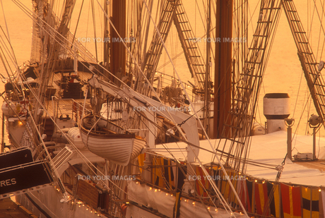 朝の帆船の写真素材 [FYI00453134]