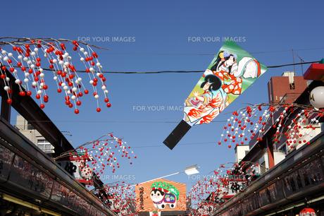 浅草仲見世のお正月飾りの写真素材 [FYI00453221]