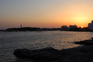 野島埼灯台と夕日の写真素材 [FYI00453717]