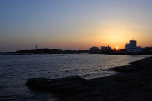 野島埼灯台と夕日の写真素材 [FYI00453721]