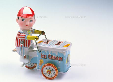 ブリキのおもちゃ アイスクリーム売りの写真素材 [FYI00453934]