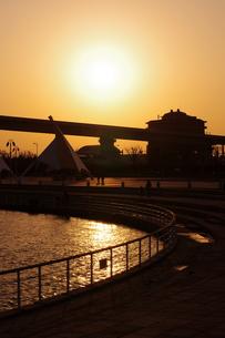 海王丸パークの夕陽の写真素材 [FYI00454180]