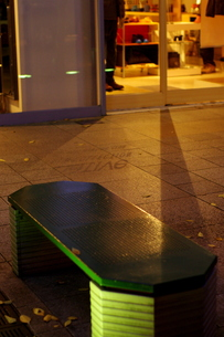 影が座るベンチの写真素材 [FYI00454191]