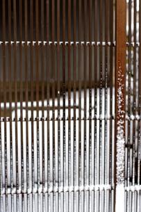 雪と格子の写真素材 [FYI00454249]