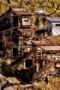 崖っぷちの工場の写真素材 [FYI00454261]