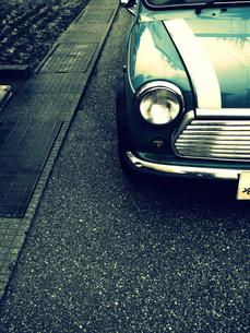 歩道の自動車の写真素材 [FYI00454263]