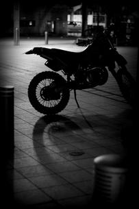 バイクの影の写真素材 [FYI00454266]