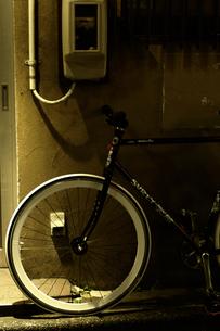 路地裏の自転車の写真素材 [FYI00454271]