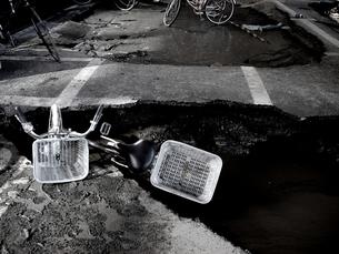 液状化と残された自転車の写真素材 [FYI00454366]