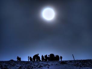 薄日での登頂の写真素材 [FYI00454367]