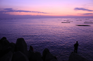 夕暮れの釣人の写真素材 [FYI00454985]