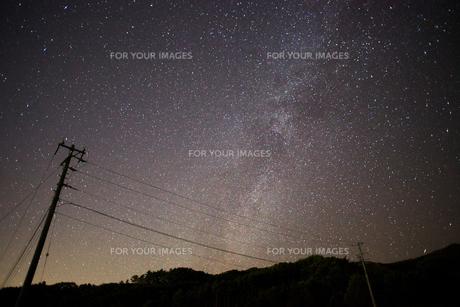 天の川と山と電柱の写真素材 [FYI00455274]