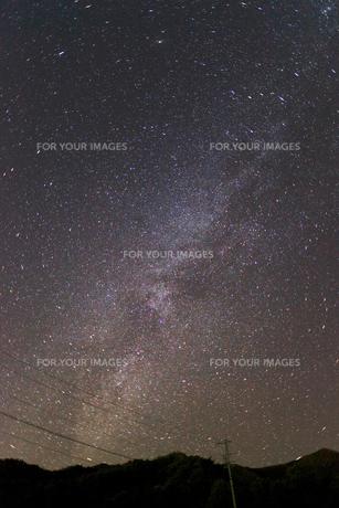 天の川と山と電線の写真素材 [FYI00455283]