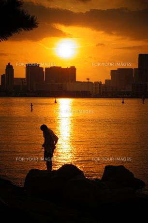 夕日と釣り人の写真素材 [FYI00455369]