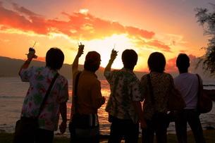 ハワイの夕日に乾杯の写真素材 [FYI00455669]