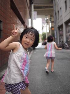 姉妹の散策の写真素材 [FYI00455720]