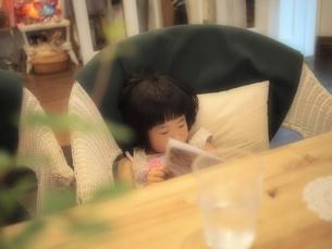 子供の喫茶タイムの写真素材 [FYI00455721]