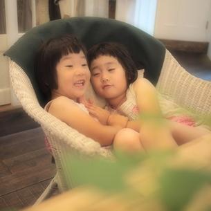 なかよし姉妹の写真素材 [FYI00455722]