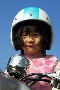 バイク乗りの少女の写真素材 [FYI00455732]